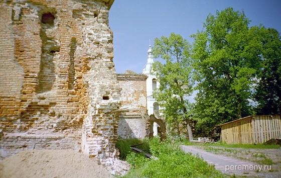 Территория восстанавливающегося Адрианова монастыря. За деревянным сараем справа видны молодые (примерно столетние) дубы, растущие на том самом месте, где когда-то рос тот самый дуб, на котором Адриан оставил икону