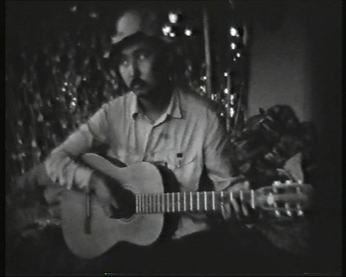 Абай с гитарой. Друг, ученик и партнер Мирзабая.