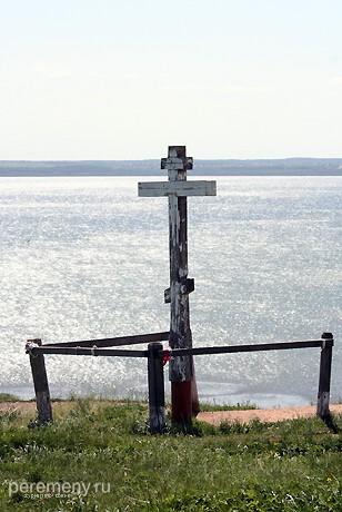 Крест на вершине Ярилиной плеши. На нем написано, что когда-то здел был Александро-Невский монастырь