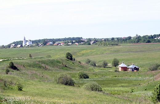 Справа под горой Никитский источник. на заднем плане село Городище. На его месте когда-то стоял город Клещин, предшественник Переславля