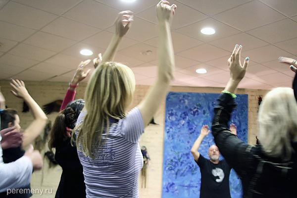 Психолог и исследователь шаманизма из Хорватии Йованович Милан Изидорович проводит практическое упражнение