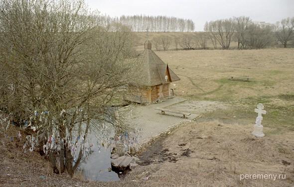 Православная купальня над потоком, текущим из языческого источника. Зримый символ двоеверия