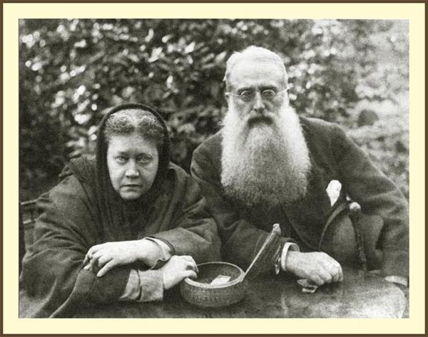 Слева - Блаватская, справа - один из ее соратников