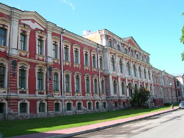 Дворец Бирона сбоку