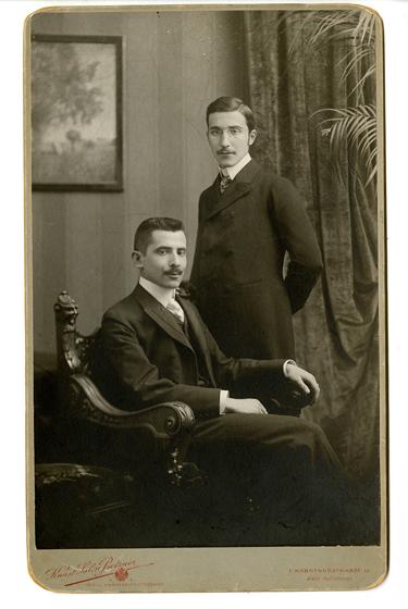 Стефан Цвейг (стоит) и его брат, Вена, 1900 год