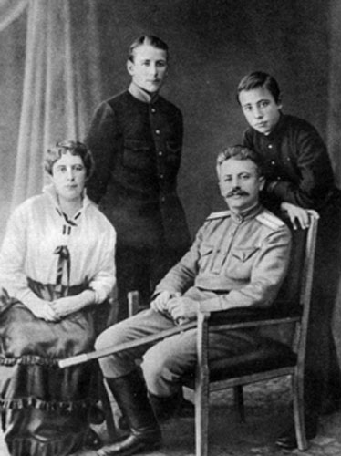 Родители и юный Шварц