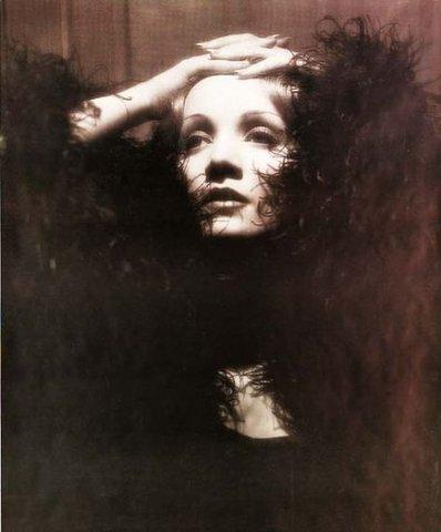 Кадр, который был на постере, которым была увешена Франция в день смерти Марлен Дитрих