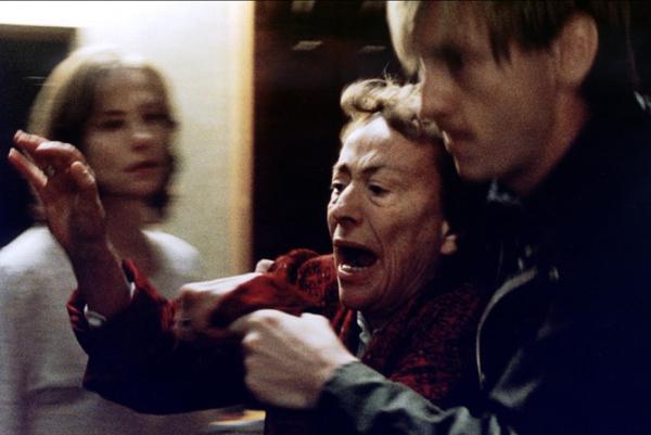 Сцена из фильма Пианистка. Хоккеист-пианист обезвреживает мать