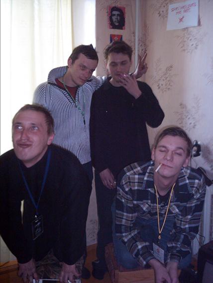 Группа Общество Зрелища 2005  св. максимий, О. Шепелёв (стоят) ,О.Фролов, св. Ундний (как пудели на тумбах)