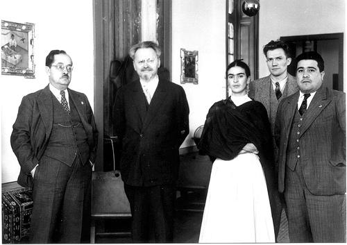 Жан Луи Максимилиан ван Хейенорт (второй справа) с семьей и кругом приближенных Троцкого.