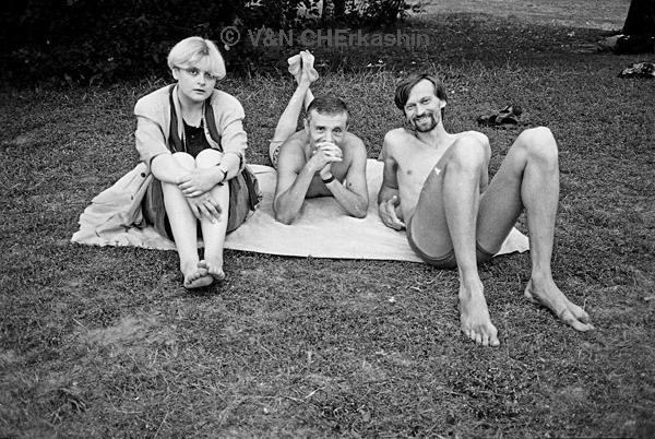 Однажды мы вместе с Валерием Черкашиным загорали на озере – и он сделал фотографию, которая обошла потом много выставок: Всеволод Николаевич, Светлана Конеген и я…