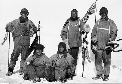 18 января 1912 года. Последняя фотография экспедиции Скотта. Слева направо: Эдвард Уилсон, Генри Бауэрс, Эдгар Эванс, Роберт Скотт, Лоуренс Отс