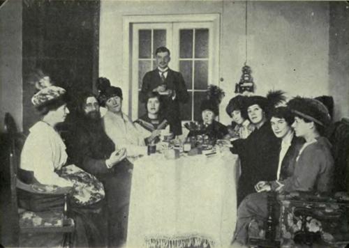 Распутин пьет чай с дамами