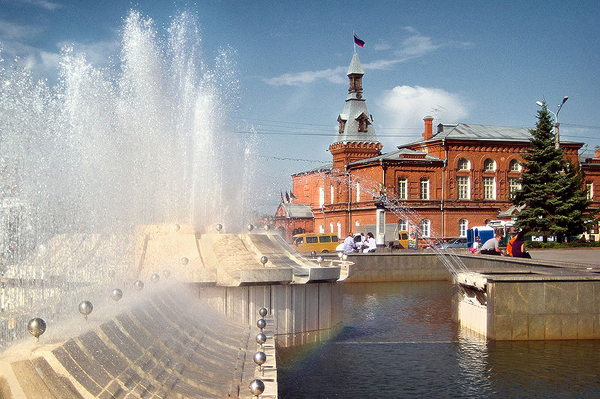 Омск. Фонтан на театральной площади, городской совет. Фото: Антон Денисенко