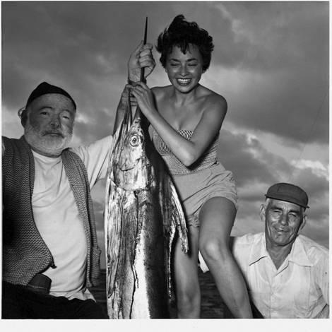Полная версия фото с Хемингуэем. Справа – знаток рыбной ловли, друг «дяди Хэма»