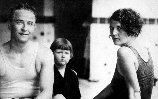 Френсис Скотт Фицджеральд с женой Зельдой и дочерью Скотти, пляж Вирджиния бич, США, 9 августа 1927 г.