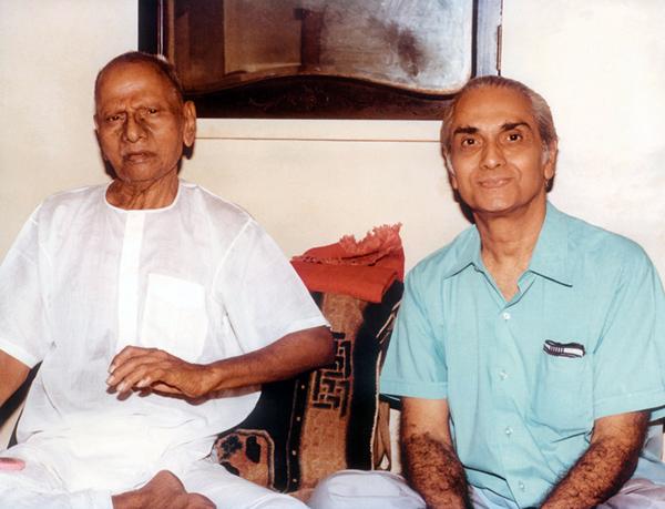 Нисаргадатта Махарадж (слева) и Рамеш Балсекар