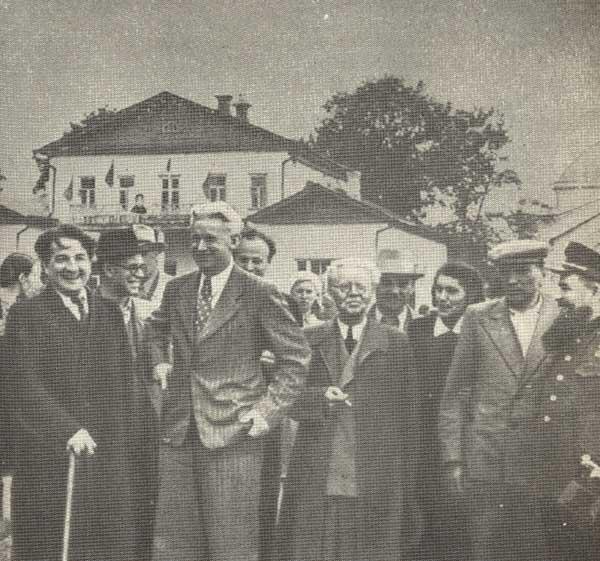 А.Фадеев среди писателей. 1948 г.