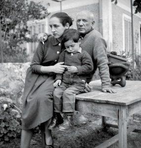 Пабло со своей возлюбленной Франсуазой Жило и их сыном Клодом, 1952 г.