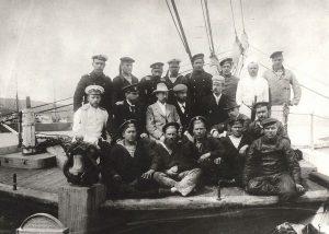 Участники экспедиции Толля на борту шхуны «Заря». В верхнем ряду: третий слева над Толлем – А.Колчак.
