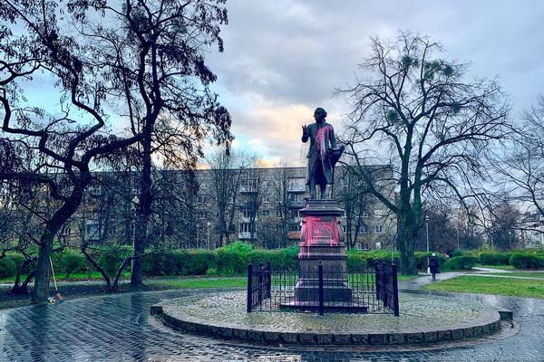 Облитый краской памятник Канту в Калининграде