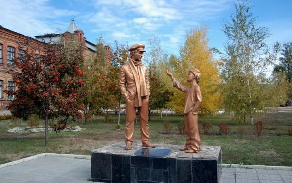 Памятник Остапу Бендеру в Старобельске