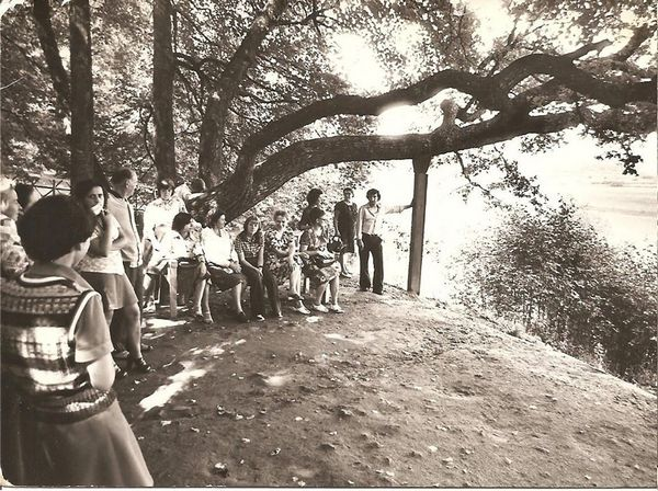 парк Тригорского в Пушкинском заповеднике. Мина спиной к группе, а группа у скамьи Онегина