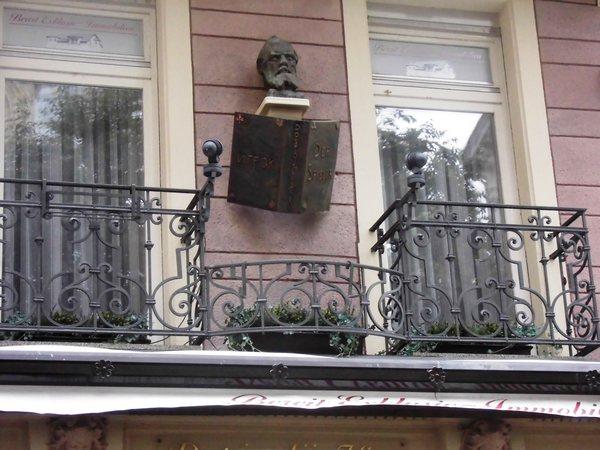 Прекрасная доска Достоевскому. Он  с романом «Игрок». На первой ст. обложки — по-русски «Игрок», а на последней по-немецки «Дер Шпилер» (Der Spiller)