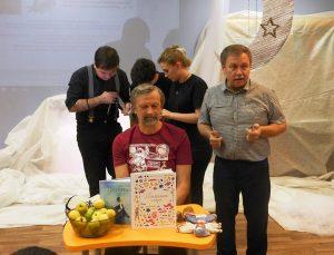 Ю.Нечипоренко и прозаик из Мурома Александр Быков. На заднем фоне идет подготовка к представлению
