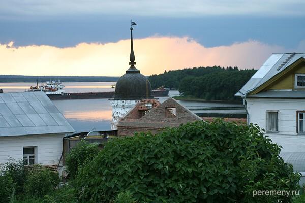 Вид из Горицкого монастыря на Волго-балтийский канал, по которому идет баржа. Это в примерно в четырех километрах от Кириллова. Фото Олега Давыдова