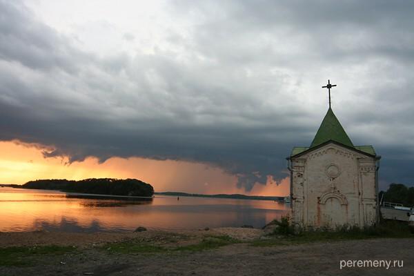 Часовня на берегу Волго-балтийского канала около Горицкого монастыря. Фото Олега Давыдова