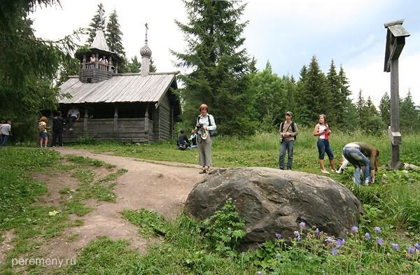 Гора Маура. Камень, на котором стоял Кирилл, часовенка, туристы. Фото Олега Давыдова