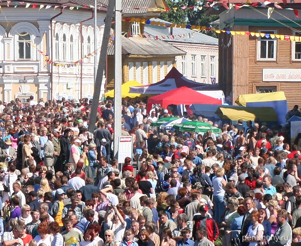 Народ в Устье в день праздника лодки. Фото Олега Давыдова