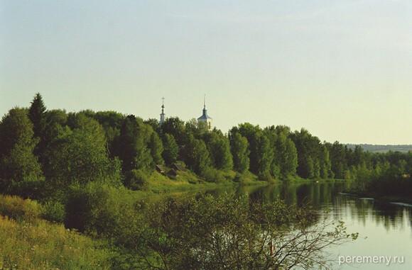 Озеро Устолье это старица реки Лузы. На горке видна Введенская церковь, где похоронен Леонид. Фото Олега Давыдова