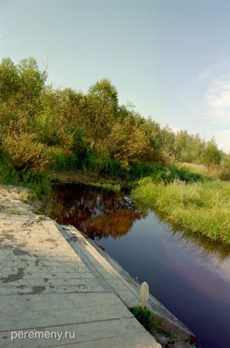 Место, где Недума-река вытекает из озера Устолье. Этот канал выкопан Леонидом. Фото Олега Давыдова