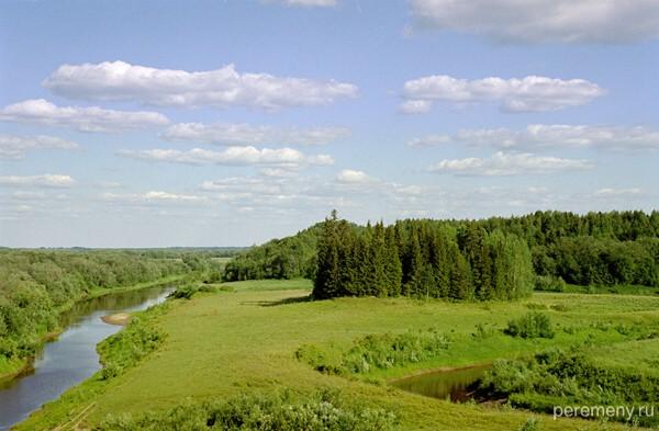 Вид от Моржегорской пустыни на окрестности. Видна река Моржевка перед впадением в Северную Двину. Фото Олега Давыдова