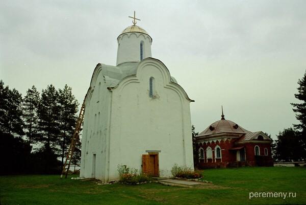 Добрыню Владимир послал проводить религиозную реформу в Великом Новгороде. И он поставил идола Перуна на Перынском холме, около места, где Волхов вытекает из Ильмень-озера. На фото буквально это место. Это церковь Рождества Богородицы. А когда Добрыня с таким же остервенением, как ставил, искоренял Перуна, он поставил на Перынском холме деревянную Никольскую церковь. Фото Олега Давыдова