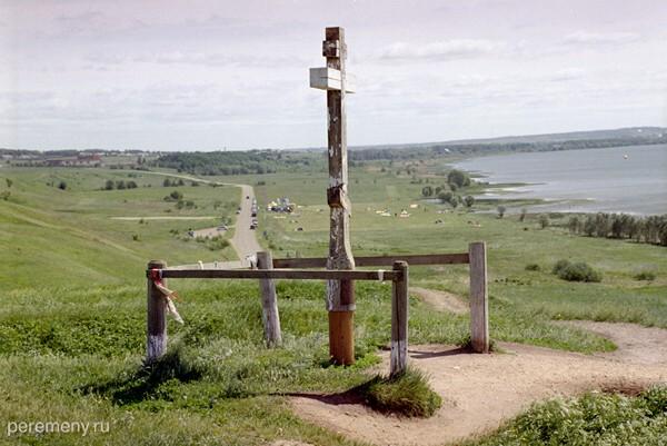 Ярославская область, Переславский район. Это вершина Ярилиной плеши, справа видно Плещеево озеро, на его берегу лежит Синий камень. Прекрасное место для проведения купальских радений. Фото Олега Давыдова