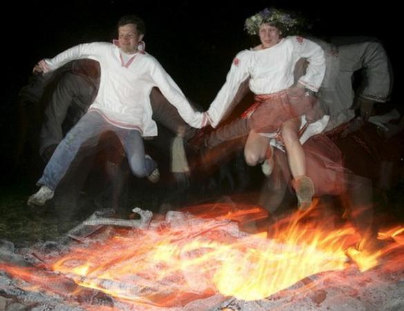 Современные родноверы (а может, и просто люди) прискакуют через огонь, празднуя Ивана Купалу