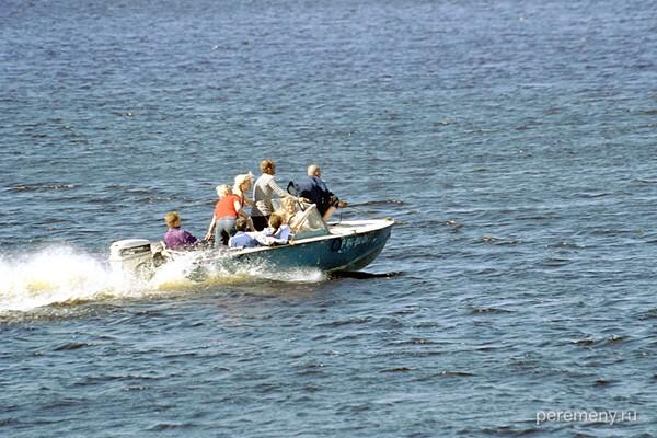 Устье. Катание на моторке по Кубене в день праздника лодки. Ну вот куда их черт несет?. Фото Олега Давыдова