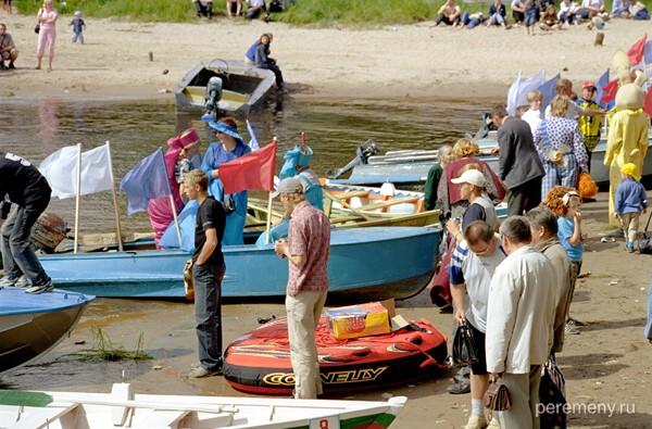 Устье. Стояние на ногах уже не совсем твердое. Люди немного взяли на грудь и отправляются кататься по реке на лодках. Фото Олега Давыдова