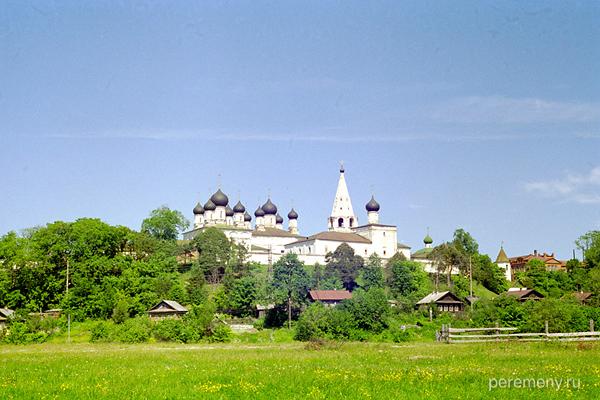 Унженский Макарьев монастырь. Этой колокольни там уже нет, несколько лет назад она рухнула. Фото Олега Давыдова