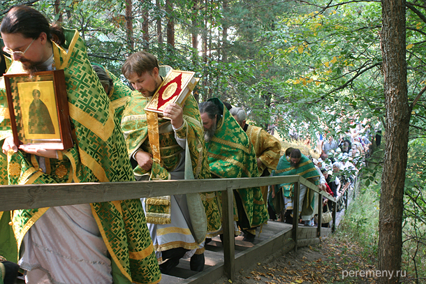 Крестный ход в день Макария на Унже поднимается от Макарьева источника к монастырю. Фото Олега Давыдова