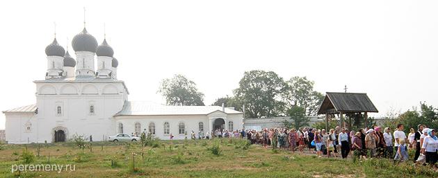 Крестный ход в Макарьевом монастыре на Унже 7 маю, в день памяти Макария. Люди выходят из  Макарьевская церкви, в которой открыто покоятся мощи Макария. Фото Олега Давыдова. 2010