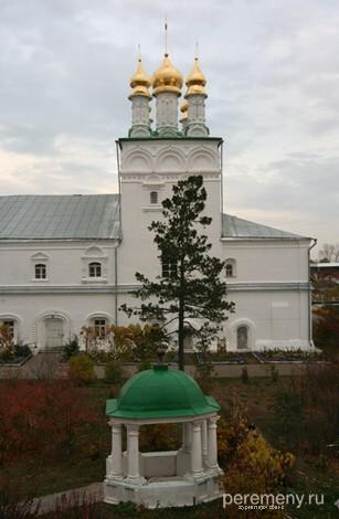 Желтоводский монастырь. На переднем плане ротонда, стоящая над могилой Аврамия. Фото Олега Давыдова