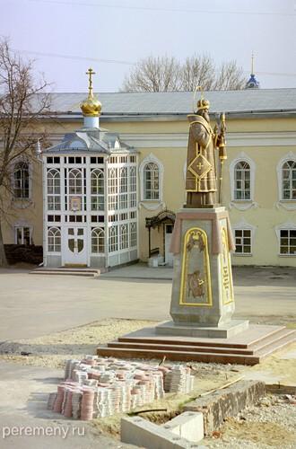 Задонск. Памятник Тихону в монастыре Рождества Богородицы, где он поселился. Фото Олега Давыдова