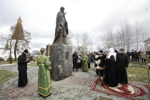 Патриарх Кирилл освящает памятник Иосифу в Успенском Волоцком монастыре. Фото с официального сайта Московского Патриархата