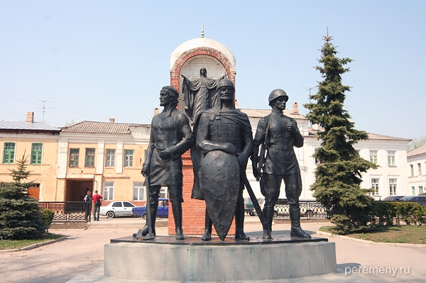 Елец, памятник защитникам города. Их благословляет Елецкая Богородица. Фото Олега Давыдова