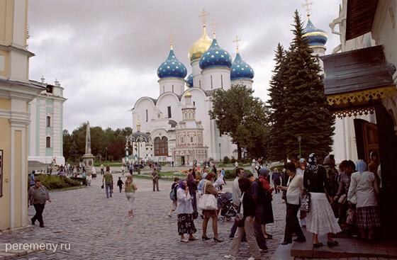 Троице-Сергиева лавра. Справа вход в Троицкий собор, где покоятся мощи преподобного Сергия. Фото Олега Давыдова