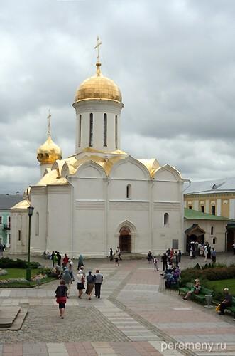 Троице-Сергиева лавра. Троицкий собор построен в 1422 году преподобным Никоном. Здесь покоятся мощи Сергия. Фото Олега Давыдова